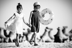 Moment of connection (Romana Chudikova Pavlova) Tags: girls beach kids communication conversation moment connection