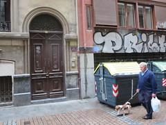 Space Invader BBO_10 (tofz4u) Tags: street people espaa dog chien streetart graffiti spain tag spaceinvader spaceinvaders mosaico bilbao invader rue espagne bizkaia euskadi vizcaya trashbin poubelle pasvasco artderue bbo10