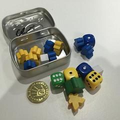 Mint Tin Mini Apocalypse - บอร์ดเกมที่เล็กที่สุดในโลกเพราะอุปกรณ์ทั้งหมดรวมทั้งกติกาใส่ลงกล่องยาขนาดจิ๋วหนึ่งกล่อง เล่นได้สองคน แข่งกันทอยเต๋าสองลูกพร้อมกันไปเรื่อยๆ ทุกครั้งที่ออก 7 จะได้ทำแอ๊กชั่นเช่น ให้คนเข้าไปอยู่ใน fallout shelter (หลุมหลบภัยหลังเกิ