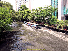 Khlong Saen Saep Express Boat in 2013, which forms the border of Pathumwan District and Ratchathewi District in Bangkok Thailand. (samurai2565) Tags: pathumwan hualamphongrailwaystation bangkok thailand railwaysinthailand bangkokrailwaystation erawanshrine chitlom rama1road skytrain policehospital phloenchitroad lumphinipark