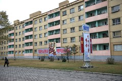 Street scene Hamhung (Frühtau) Tags: dprk north korea hamhung city industrial steet scene strassen szene asia asian east stadt indsutrial industrie häuser flats building house german architecture architektur passers by people leute country walks propaganda slogan poster daily life scenery 朝鲜 朝鮮 cháoxiān 地 outdoor корея северная كوريا الشمالية 北朝鮮 corea del norte corée du nord coreia do coréia เกาหลีเหนือ βόρεια κορέα culture gebäudekomplex personen construction