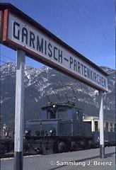 Bahnhof Garmisch-Partenkirchen im Mrz 1972 (Pacific11) Tags: railway railroad mrz 1972 winter eisenbahn bayern garmisch partenkirchen garmischpartenkirchen track train engine traffic zugspitze bahnhof station vintage alt damals car wagon sign